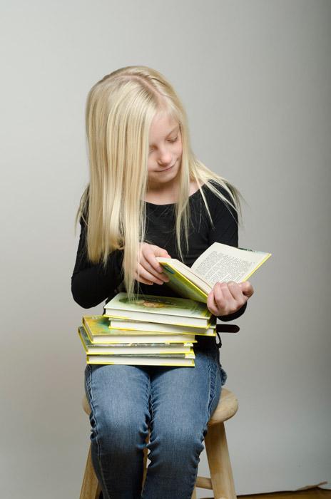 本を読む外国の少女