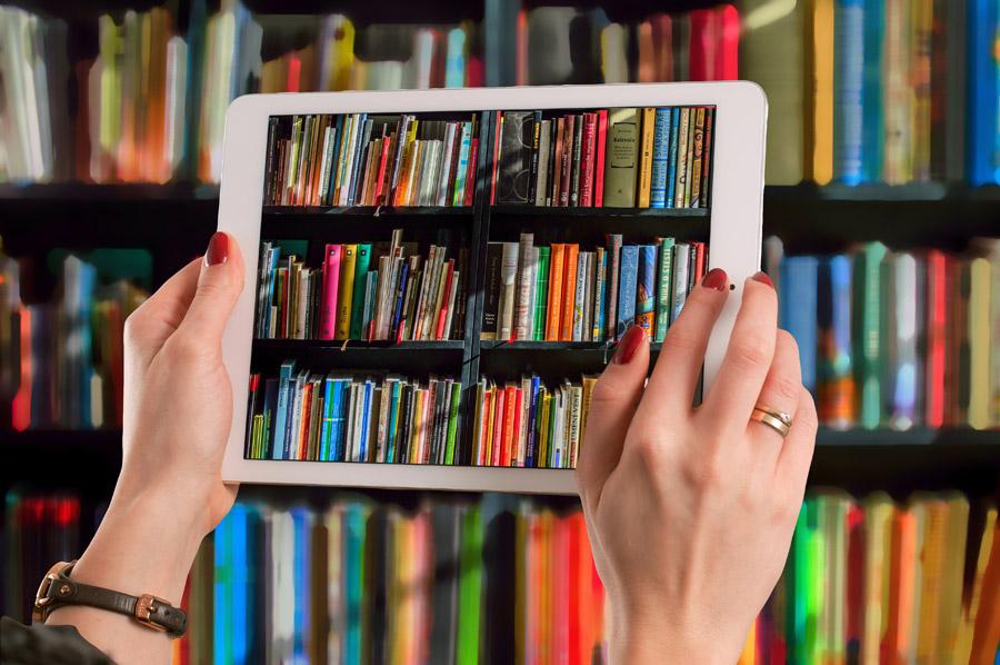 タブレットと本棚
